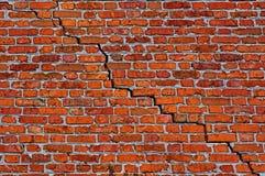 Bakstenen muur met diagonale barst royalty-vrije stock foto