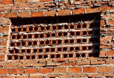 Bakstenen muur met gaten Stock Afbeelding