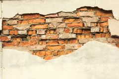 Bakstenen muur met gedeeltelijk vernietigde pleister, achtergrond of textuur royalty-vrije stock fotografie