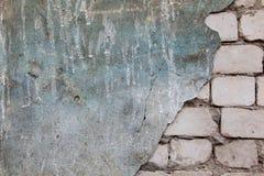Bakstenen muur met gevallen van pleister Stock Foto