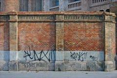 Bakstenen muur met Graffiti Stock Afbeeldingen