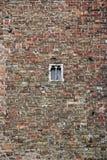 Bakstenen muur met klein venster Stock Fotografie