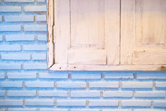 Bakstenen muur met oud venster Stock Foto's