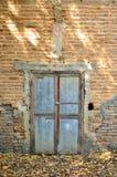 Bakstenen muur met oude deur royalty-vrije stock foto's