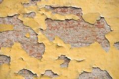 Bakstenen muur met peele stock afbeelding