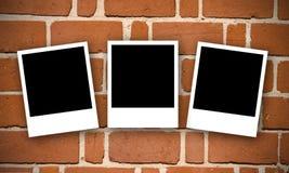 Bakstenen muur met Polaroidcamera's Stock Afbeelding