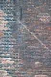 Bakstenen muur met vele lagen oude verf en verschillende patronen Stock Afbeeldingen