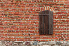 Bakstenen muur met venster Stock Afbeeldingen