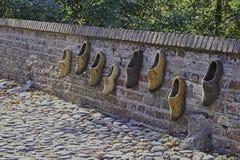 Bakstenen muur met versleten houten schoenen in versterkte Elburg Stock Foto