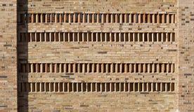 Bakstenen muur met vier rijen van verticale en hoekige bakstenen in het midden Royalty-vrije Stock Afbeelding