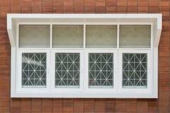 Bakstenen muur met Vierde vensters Stock Afbeelding