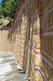 Bakstenen muur op suuny dag, Aegina-Eiland, Griekenland Stock Afbeelding
