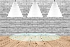 Bakstenen muur Oude binnenlandse ruimte met en drie lichte vlekken Royalty-vrije Stock Foto's