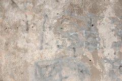 Bakstenen muur Oude vlokkige witte verfschil van een grungy gebarsten muur De barsten, schaaft, pellend oud verf en pleister op a royalty-vrije stock afbeeldingen