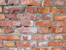 Bakstenen muur Oude vlokkige witte verfschil van een grungy gebarsten muur De barsten, schaaft, pellend oud verf en pleister op a royalty-vrije stock fotografie