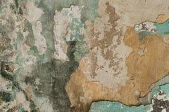 Bakstenen muur Oude vlokkige witte verfschil van een grungy gebarsten muur De barsten, schaaft, pellend oud verf en pleister op a royalty-vrije stock foto's