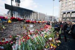 Bakstenen muur van geheugen met boeketten van bloemen Stock Afbeelding