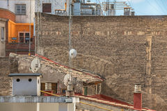 Bakstenen muur zonder Vensters met Satellietschotels op Voorgrond Royalty-vrije Stock Foto's