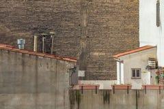 Bakstenen muur zonder Vensters met Satellietschotels op Voorgrond Royalty-vrije Stock Afbeelding