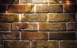 Bakstenen muurachtergrond met lichten het gloeien Stock Afbeelding