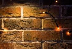Bakstenen muurachtergrond met lichten het gloeien Royalty-vrije Stock Foto's