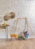 Bakstenen muurbinnenland met rond kader en hoofdkussen Stock Foto