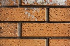 Bakstenen muurfragment Oude vuile oranje bakstenen met tekorten Grungetextuur met barsten en doorstaan stock fotografie