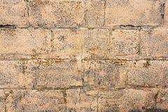 Bakstenen muurfragment Oude vuile oranje bakstenen met tekorten Grungetextuur met barsten en doorstaan stock afbeeldingen