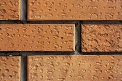 Bakstenen muurfragment Oude vuile oranje bakstenen met tekorten Grungetextuur met barsten en doorstaan royalty-vrije stock foto