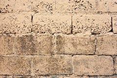 Bakstenen muurfragment Oude vuile oranje bakstenen met tekorten Grungetextuur met barsten en doorstaan royalty-vrije stock afbeeldingen