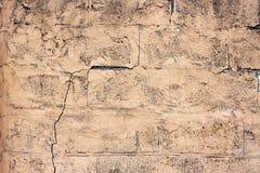 Bakstenen muurfragment Oude vuile oranje bakstenen met tekorten Grungetextuur met barsten en doorstaan stock foto