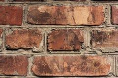 Bakstenen muurfragment Oude vuile oranje bakstenen met tekorten Grungetextuur met barsten en doorstaan royalty-vrije stock fotografie