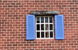 Bakstenen muurpatroon en de plaat van het ijzeranker op een oud gebouw Stock Afbeelding