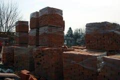 Bakstenen op een bouwwerf in in de voorsteden stock foto