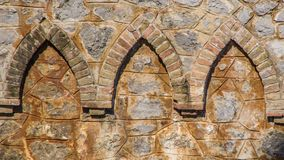 Bakstenenornamenten in de muur worden geïntegreerd die stock afbeelding