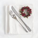 Baktala och dela sig med den röda kransen för jul royaltyfria foton