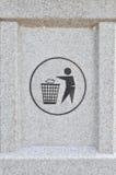 Bakteken bij de vuilnisbak Stock Afbeeldingen