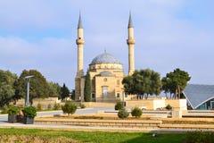 Baku, Aserbaidschan - 28. Dezember 2014: Moschee auf Gasse von Märtyrern Stockfotos