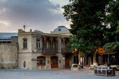 BAKU, ASERBAIDSCHAN - 24. JULI: Icheri Sheher (alte Stadt) von Baku, Aserbaidschan am 24. Juli 2014 mit großer moderner Architekt Stockfotografie