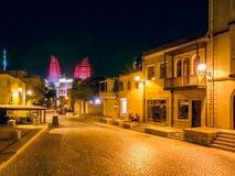 BAKU, ASERBAIDSCHAN - 24. JULI: Icheri Sheher (alte Stadt) von Baku, Aserbaidschan am 24. Juli 2014 mit großer moderner Architekt Lizenzfreie Stockfotos