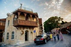 BAKU, ASERBAIDSCHAN - 24. JULI: Icheri Sheher (alte Stadt) von Baku, Aserbaidschan am 24. Juli 2014 mit großer moderner Architekt Stockbilder