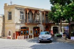 BAKU, ASERBAIDSCHAN - 24. JULI: Icheri Sheher (alte Stadt) von Baku, Aserbaidschan am 24. Juli 2014 mit großer moderner Architekt Lizenzfreies Stockbild
