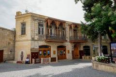 BAKU, ASERBAIDSCHAN - 24. JULI: Icheri Sheher (alte Stadt) von Baku, Aserbaidschan am 24. Juli 2014 mit großer moderner Architekt Lizenzfreie Stockbilder