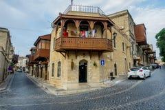 BAKU, ASERBAIDSCHAN - 24. JULI: Icheri Sheher (alte Stadt) von Baku, Aserbaidschan am 24. Juli 2014 mit großer moderner Architekt Stockfoto