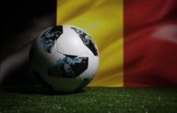 BAKU, ASERBAIDSCHAN - 8. JULI 2018: Kreatives Konzept Beamter Russland Fußballball mit 2018 Weltcupen Adidas Telstar 18 auf grüne stockfotos
