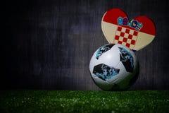 BAKU, ASERBAIDSCHAN - 8. JULI 2018: Kreatives Konzept Beamter Russland Fußballball mit 2018 Weltcupen Adidas Telstar 18 auf grüne stockbilder