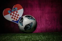 BAKU, ASERBAIDSCHAN - 8. JULI 2018: Kreatives Konzept Beamter Russland Fußballball mit 2018 Weltcupen Adidas Telstar 18 auf grüne lizenzfreie stockbilder