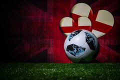 BAKU, ASERBAIDSCHAN - 8. JULI 2018: Kreatives Konzept Beamter Russland Fußballball mit 2018 Weltcupen Adidas Telstar 18 auf grüne lizenzfreie stockfotos