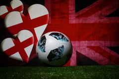 BAKU, ASERBAIDSCHAN - 8. JULI 2018: Kreatives Konzept Beamter Russland Fußballball mit 2018 Weltcupen Adidas Telstar 18 auf grüne stockfoto