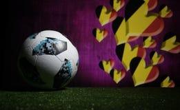 BAKU, ASERBAIDSCHAN - 8. JULI 2018: Kreatives Konzept Beamter Russland Fußballball mit 2018 Weltcupen Adidas Telstar 18 auf grüne lizenzfreie stockfotografie